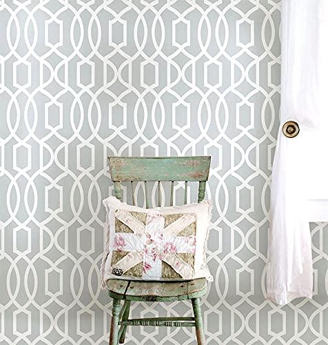 淡いグレーに白で幾何学模様が描かれた壁紙は、北欧テイストのお部屋のアクセントにおすすめ。壁の一部に貼るだけで、海外風の洗練された印象に。