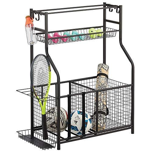 mDesign Mueble auxiliar para material deportivo – Versátil guarda pelotas con 4 ganchos, 3 cestas, y soportes para balones y raquetas – Estantería metálica de pie para garaje, sótano, etc. – negro