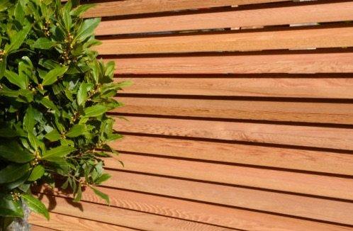 Listones de madera dura de sapeli utilizados en la construcción de cercas de estilo contemporáneo