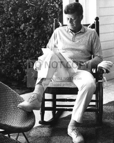 Bucraft Presidente John F. Kennedy Lectura en una mecedora - Foto 8X10 (OP-779)