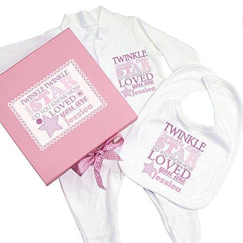 Personnalisez CE Twinkle Fille Rose Boîte cadeau, Baby-grow et bavoir avec n'importe quel nom.