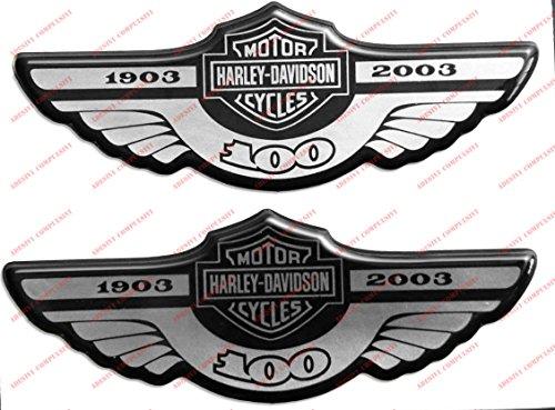 Stemma logo decal HARLEY DAVIDSON, Centenario 1903-2003, SILVER, coppia adesivi resinati, effetto 3D. Per SERBATOIO o CASCO. Colore: argento