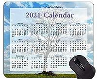 カラフルな2021年のカレンダーマウスパッド、曇り空のマウスパッドの下の草原の木