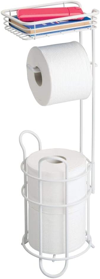 mDesign Portarrollos de papel higiénico con estante – Elegante dispensador de papel higiénico de metal – Porta rollos de pie con espacio para 3 rollos de papel higiénico – blanco mate