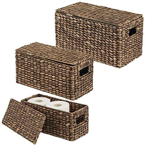mDesign 3er-Set Aufbewahrungskorb – stilvolle Flechtbox mit Deckel aus Wasserhyazinthe – Regalkorb mit Griffen zur idealen Aufbewahrung von Kleidung, Spielzeug oder Zeitschriften – braun