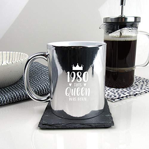 eBuyGB 2012923Q8 café de Plata Brillante grabada con diseño de 1980 This Queen Was Born-Taza de té de 350 ml, Regalos de 40 cumpleaños para Mujeres, Ella, cerámica