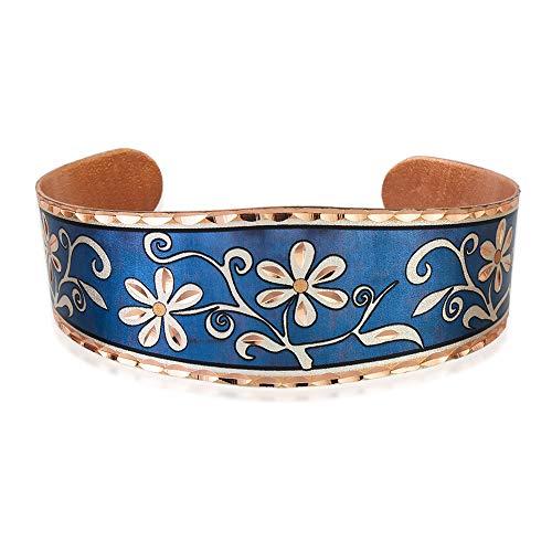 Pulseras de flores de margaritas con telón de fondo azul, pulseras de cobre abiertas, joyería...
