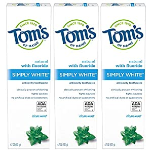 WHAT YOU'LL GET: Three 4.7-ounce tubes of Tom's of Maine Simply White Toothpaste in Clean Mint Flavor WHITENING TOOTHPASTE: Uses naturally derived silicas to remove surface stains without bleaching chemicals CAVITY PROTECTION: Bring back the natural ...