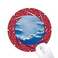 灰色の空の白い雲と霧 円形滑りゴムの赤のホイールパッド