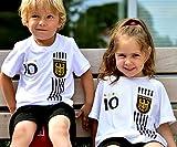 DE-Fanshop Deutschland Trikot + Hose mit GRATIS Wunschname + Nummer + Wappen Typ #D 2017 im EM/WM Weiss - Geschenke für Kinder,Jungen,Baby. Fußball T-Shirt personalisiert ASIN :B076XQ1T6H