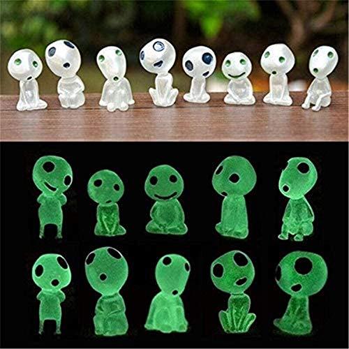 Figuras en miniatura de fantasmas luminosos de jardín, que brillan en la...