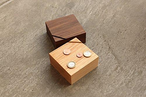 木目が美しく、一見貯金箱には見えないこちらのアイテム。スタイリッシュな佇まいで、どんなお部屋にも馴染みそうですね。チェリーとウォールナットの2種類から選べます。