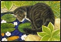 Cat at Fish Pond 屋内/屋外ドアマット - 18インチ x 27インチ