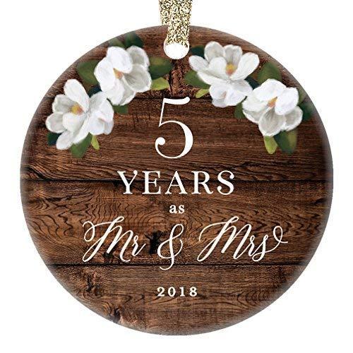 Fr75en 2019 - Adorno navideño de Porcelana para el Quinto Aniversario de Boda, diseño rústico con Texto en inglés Mr. & Mrs