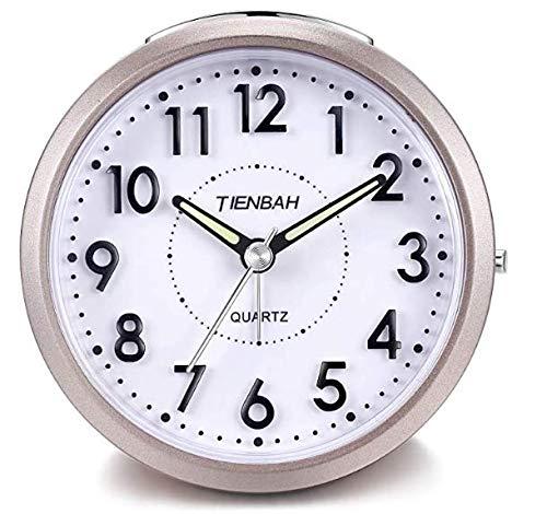 Yadelai Despertador Analógico de Viaje,Silencioso Reloj de Alarma de Activación con Pilas Simple para Niños, Función de Despertador y Funciones de luz Reloj de Mesa (Oro)