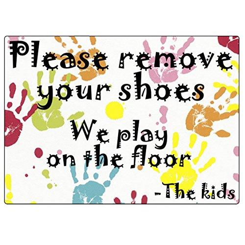 Etiqueta Crie 2X adesivo de plástico colorido remova seus sapatos, brincamos no chão - as placas infantis. Ultra durável, 100% impermeável/à prova de intempéries.
