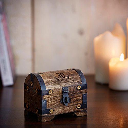 Casa Vivente Kleine Schatztruhe zum 30. Geburtstag – Schmuckkästchen mit Gravur – Aufbewahrungsbox aus dunklem Holz – Verpackung für Gutscheine – Geburtstagsgeschenk für Männer und Frauen - 6
