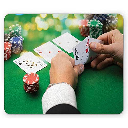Muispad, Casino met Man Holding 2 Azen in Zijn handen aan tafel, Antislip Rubber Mousepad, 25x30cm Bos Groen en Multi kleuren