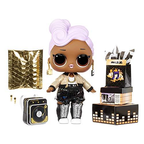 LOL Surprise bambola grande D.J. con sorprese alla moda, scarpe, vestiti e accessori. Include una scrivania, una sedia e uno sfondo. Bambola da sollezione ottima dai 3 anni in su.