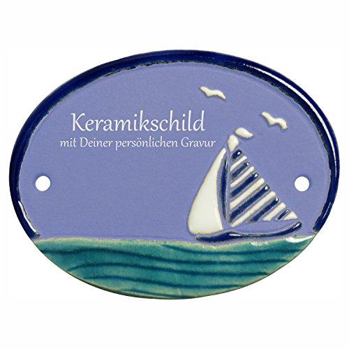 Handarbeit aus Schleswig-Holstein Keramikschild 9,5 x 7,0 cm Motiv Segelboot auf Wasser mit Möwen (hellblau)