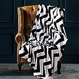 NTBAY Manta Throw de Franela, Súper Suave con Manta de Cama Estampada con Ondas en Blanco y Negro, 274 x 229 cm