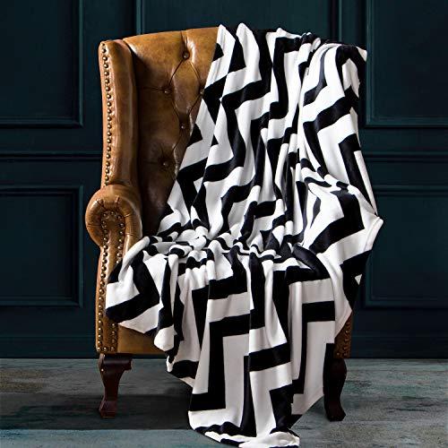 NTBAY Manta Throw de Franela, Súper Suave con Manta de Cama Estampada con Ondas en Blanco y Negro, 173 x 229 cm