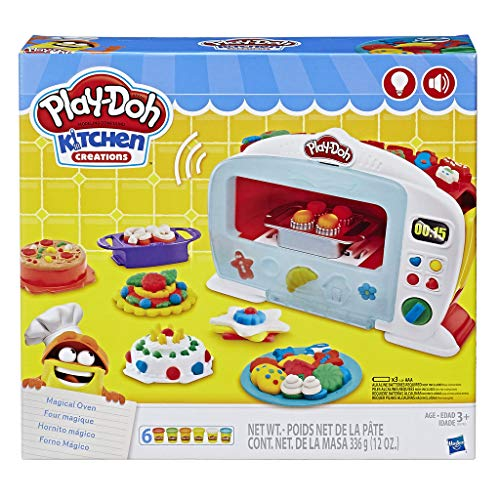 """Podrás ver como las comidas Play-Doh """"se cocinan"""" en el Horno Mágico electrónico Coloca comida y plastilina Play-Doh en los accesorios, y luego presiona la palanca La luz cambia a rojo y el timbre del horno suena cuando la comida está lista Prepara d..."""