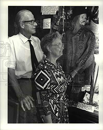 Imágenes históricas 1981 Fotografía de prensa Visitantes extranjeros Ver el abrigo de...