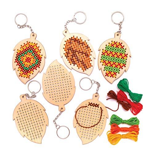 Baker Ross Kits de Porte-clés Feuilles en Bois avec Point de Croix (Paquet de 5) - Loisirs créatifs d'automne et d'hiver pour Enfants