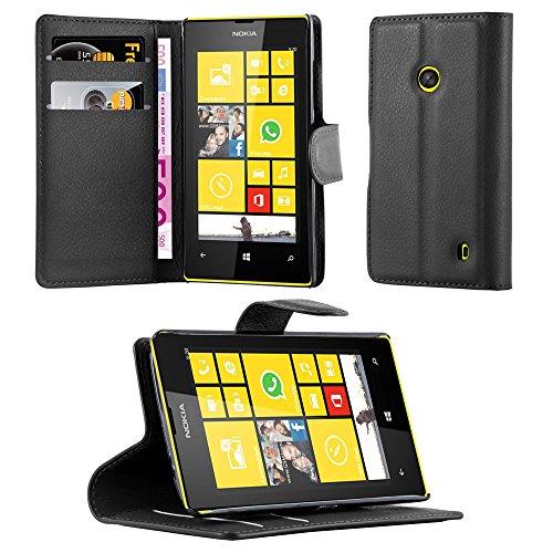 Cadorabo Custodia Libro per Nokia Lumia 520 in Nero Carbone - con Vani di Carte, Funzione Stand e Chiusura Magnetica - Portafoglio Cover Case Wallet Book Etui Protezione