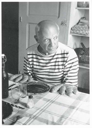 Postkarte A6 +++ SCHWARZ-WEISS von modern times +++ PICASSO AND THE LOAVES - 1952 +++ FOTOFOLIO © DOISNEAU, Robert
