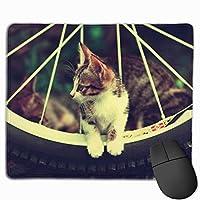 タイヤに座っている子猫 マウスパッド 運びやすい オフィス 家 最適 おしゃれ 耐久性 滑り止めゴム底付き 快適操作性 30*25*0.3cm