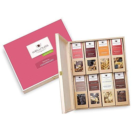"""Geschenk für Frauen: 8 Premium Nuss- und Schokoladen-Snacks in der Geschenkbox aus Birkenholz mit der Schmuckverpackung \""""Ladiesnight\"""" (8 Snacks in der Birkenholzbox) für die Frau, Mutter, Schwester oder Freundin von wellnuss"""