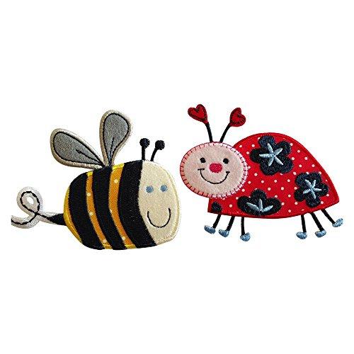 Abeja 9X8Cm Mariquita De 9X7Cm Una sonriente abeja en pleno vuelo con sus característicos tonos negro y amarillo que la hacen única Un lindo insecto en su versión femenina con costuras en rojo y rosa, con antenas de corazón y gran sonrisa