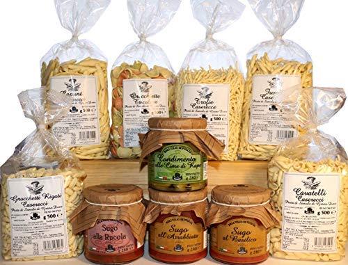 Italienische Speisekammer. Typische italienische Produkte aus der Region Apulien. Hausgemachte Pasta aus Hartweizengrieß in verschiedenen Formaten. Fertigsaucen und Dressing mit Rübenspitzen