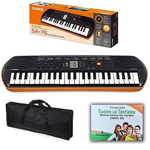 Kit Pianola Tastiera Casio SA76 (Fondo Arancione) con Borsa con 2 maniglie e Metodo Rapido'Suona la Tastiera'