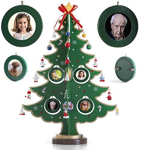 Árbol de Navidad de sobremesa de madera de 43,18 cm con 8 marcos de fotos para colgar, 24 miniadornos navideños y estrella en lo alto para una decoración navideña casera