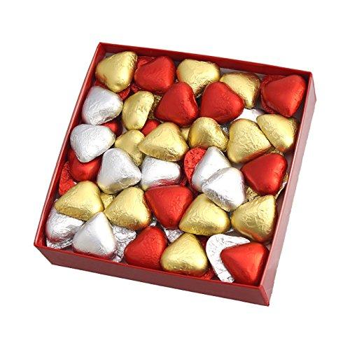 Los bombones SORINI con forma de corazón se elaboran en Castelleone (Italia), con su receta centenaria de exquisito chocolate con leche. PRESENTADO PARA REGALO: Caja forrada de charol rojo, con cinta plateada y envuelto en celofán transparente. Conti...