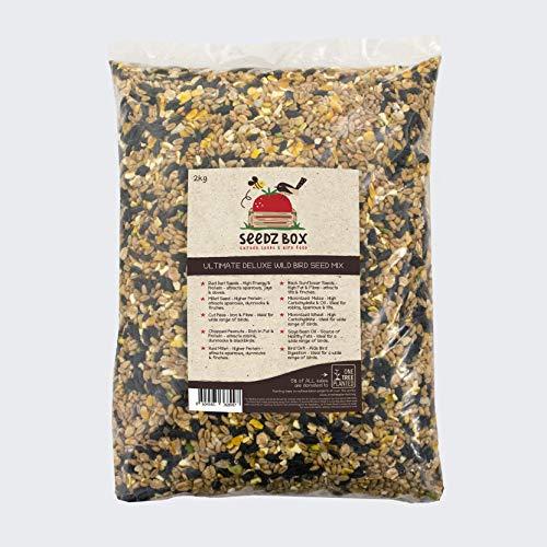 SeedzBox Ultimate Deluxe mieszanka karmy dla dzikich ptaków z nasionami/orzechów – naturalna pożywienie dla ziół, szpatułek i innych ptaków – z prosem, orzeszkami ziemnymi i psami kukurydzianymi – bogata w zdrowe tłuszcze i błonnik – 2 kg