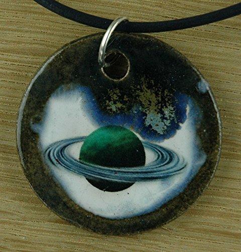 Echtes Kunsthandwerk: Schöner Keramik Anhänger mit einem Planeten; Astronomie, Neptun, Erde, Sonne, Sonnensystem, Weltall, Weltraum, All, Sterne, Ringe, Saturn