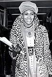 Music Poster Tina Turner – trägt einen Leoparden-Mantel