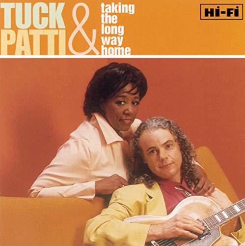 まず紹介したいのが、アメリカ出身の夫婦でジャズデュオとして活躍している『タック&パティ』。1988年にデビューして以来、ジャズスタンダードからポップソングのカバーなど、幅広いジャンルの演奏で人気を博しています。  美しいハーモニーを奏でるタックのギターと、暖かくソウルフルなパティの歌声は肌寒いこれからの季節にぴったり。