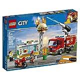 LEGO CityFire FiammealBurgerBar, Set da Costruzione con Camion e Moto,Minifigura del Vigile del Fuoco e Accessori dell'unità Antincendio, 60214