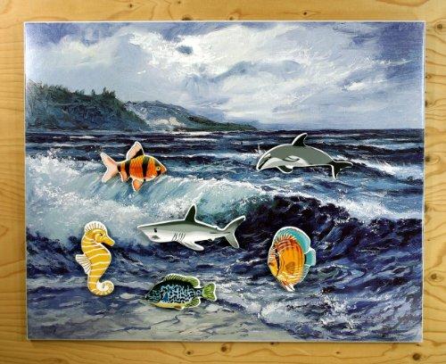 """adamo design Meerestafel Magnettafel 50 x 40 cm Bedruckt im Siebdruck Kunstdruck """"Meeresmotiv"""" – Blockoptik (1 cm Abstand von der Wand) mit 6 St. großen Magneten """"Fische"""" Memoboard"""