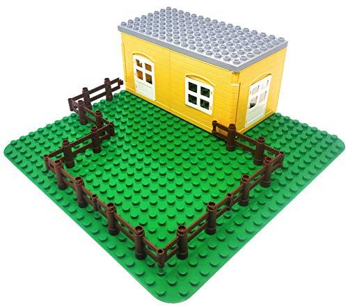 Aliris Größere grüne Grundplatte 38,1 x 38,1 cm. 2 Hauswände mit Tür und Fenster. 1 Graue stapelbare Grundplatte 12,7 x 25,4 cm und 8 Zäune für große Bauklötze. Kompatibel mit großen Bausteinen