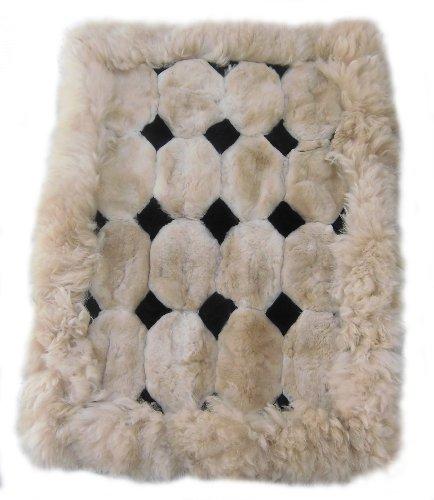 Alpacaandmore Alfombra de piel de alpaca peruana marrón claro con rombos negros, diferentes tamaños (90 x 60 cm)