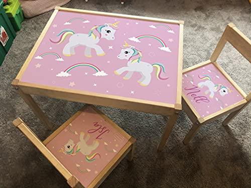 MakeThisMine Mesa infantil personalizada y 2 sillas rosa unicornio brillante LATT nombre de madera grabado niños juego escritorio conjunto niño niñas amigos niños familia regalo cumpleaños
