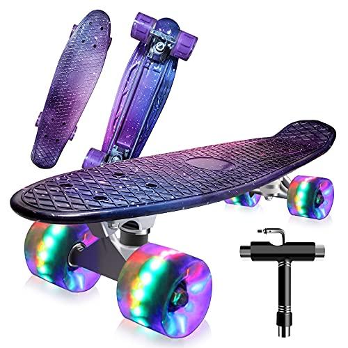 Saramond Skateboard komplett 55 cm Mini-Cruiser Retro-Skateboard für Kinder Jungen Mädchen Jugendliche Erwachsene Anfänger, LED-Blitzräder mit All-in-One Skate T-Tool (Lila-Galaxie)
