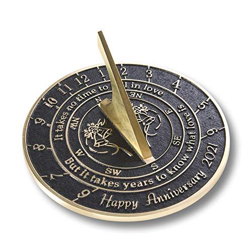 The Metal Foundry Reloj de sol «Love Is» 2021 para aniversario de boda, latón reciclado, ideal como regalo para él, ella, padres, abuelos o pareja en cualquier año de matrimonio.