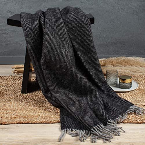 Arctic Wolldecke Herringbone - Hochwertiges Plaid mit Fischgrätmuster im Scandi Design - 100% Schurwolle mit Woolmark Siegel - 130 x 200 cm - Schwarz